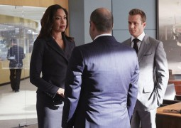 """SUITS -- """"Enough Is Enough"""" Episode 411 -- Pictured: (l-r) Gina Torres as Jessica Pearson, Rick Hoffman as Louis Litt, Gabriel Macht as Harvey Specter -- (Photo by: Shane Mahood/USA Network)"""